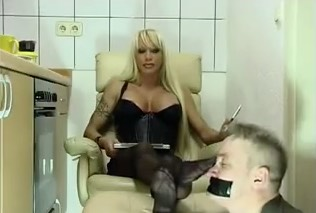 Worshipping his MILF in Nylons